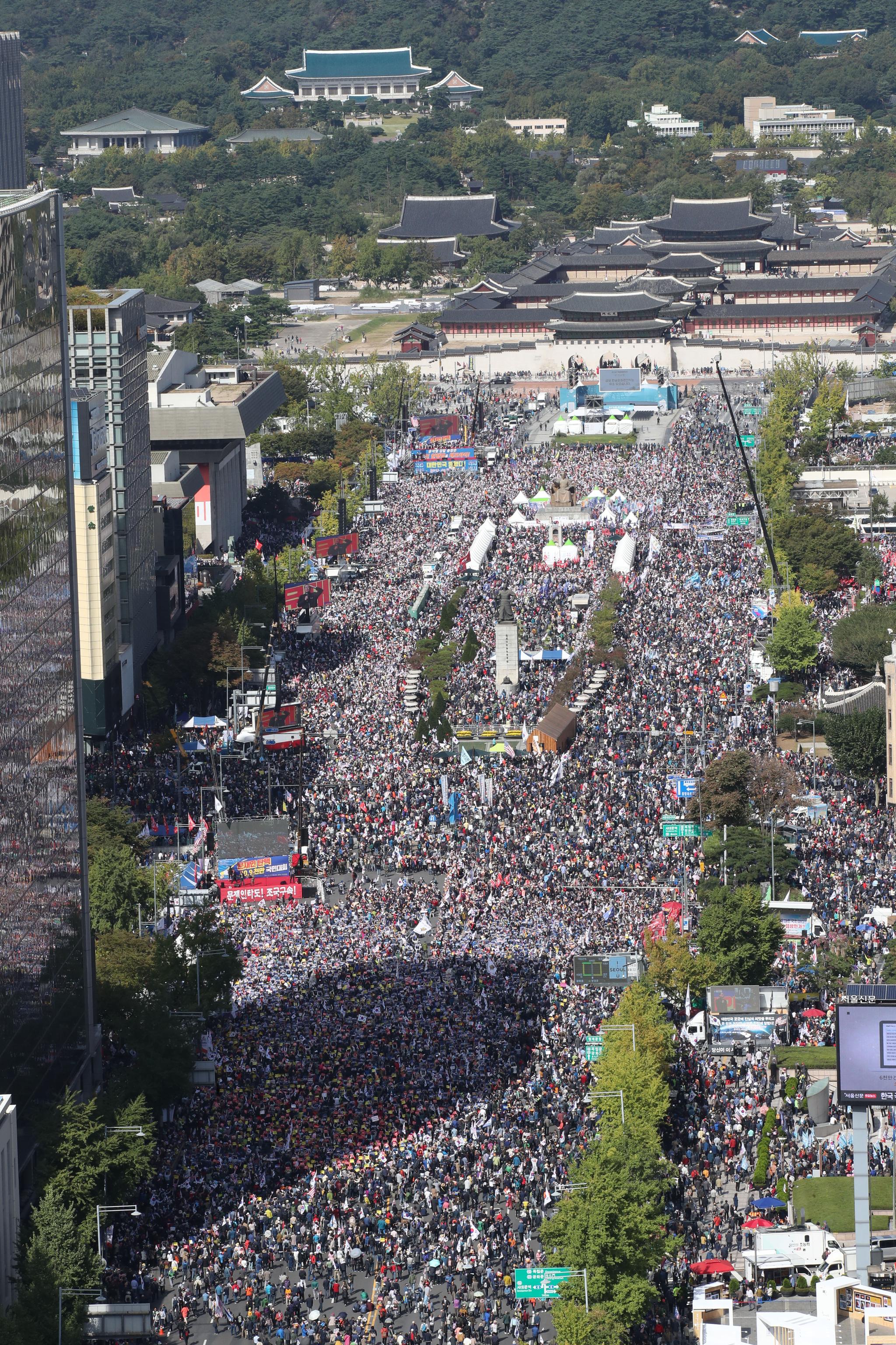 9일 오후 서울 광화문광장에서 보수단체 주최로 '조국 법무부 장관 사퇴 촉구 집회'가 열리고 있다. 우상조 기자
