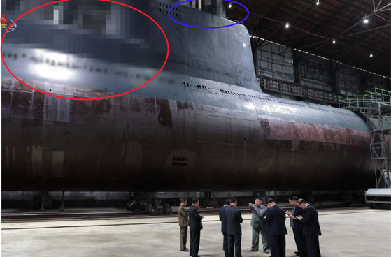 김정은 북한 국무위원장이 지난 7월 23일 새로 건조한 잠수함을 시찰했다고 조선중앙TV가 23일 보도한 모습. [연합뉴스]