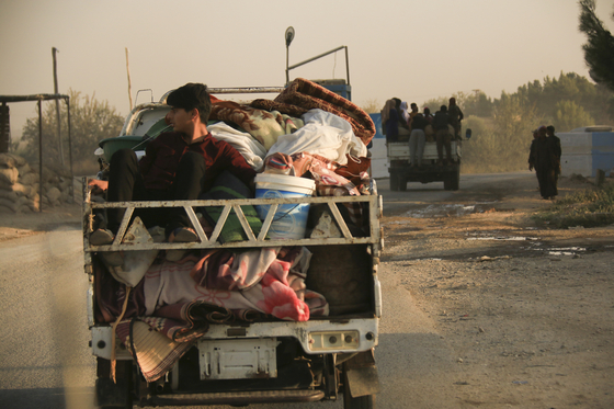 9일 터키가 시리아 국경 마을을 공격하자 주민들이 피난길에 올랐다. [AP=연합뉴스]