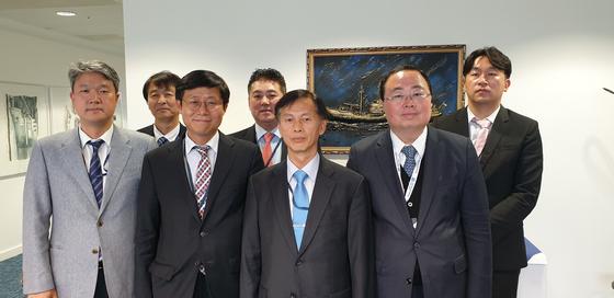 런던협약,의정서 당사국 총회에 참석해 일본 정부의 후쿠시마 오염수 해양 방출 가능성에 문제를 제기한 한국 대표단. 송명달 해수부 해양환경정책관(앞줄 왼쪽에서 세번째)과 김영석 시카고 총영사(앞줄 오른쪽), 송상근 주영 한국대사관 해양관(앞줄 왼쪽에서 두번째). 런던=김성탁 특파원