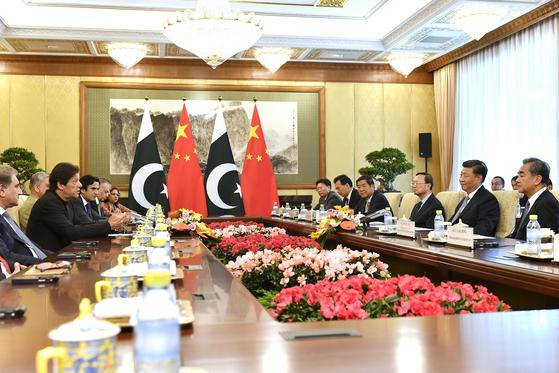 시진핑 주석이 이끄는 중국 대표단(오른쪽)이 9일 베이징 댜오위다이 국빈관에서 임란 칸 파키스탄 총리가 이끄는 대표단을 맞아 회담하고 있다. 시 주석이 인도 방문에 앞서 인도와 앙숙인 파키스탄을 챙겼다는 분석이 나온다. [AP=연합뉴스]