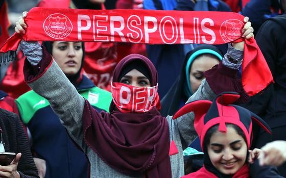 이란 여성축구팬들이 작년 11월 아자디경기장에서 열린 이란 페르세폴리스와 일본 가시마 앤틀러스의 AFC 결승전 경기 응원을 하고 있다. 가시마 앤틀러스가 페르세폴리스를 꺽고 AFC 우승컵을 가져갔다.[EPA=연합뉴스]