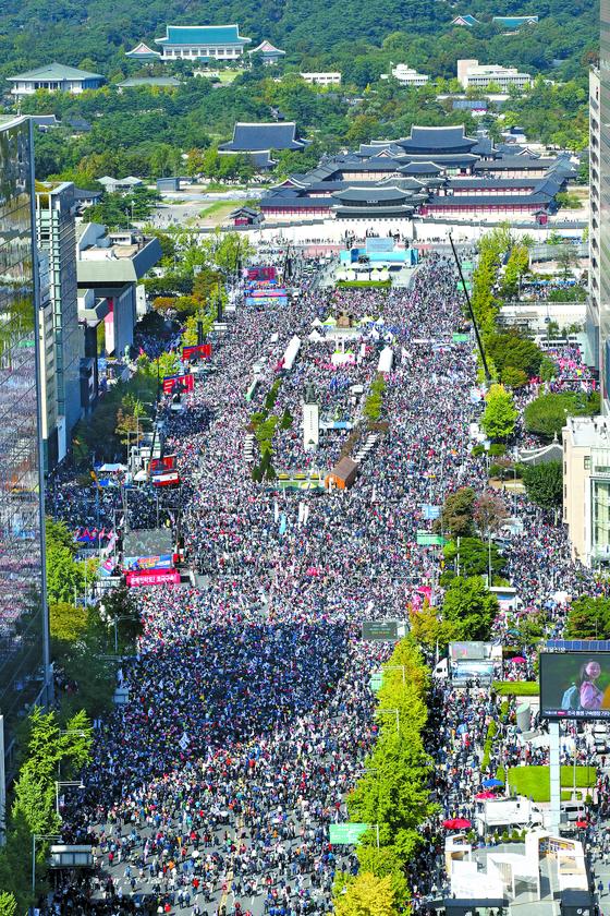 조국 법무부 장관의 사퇴를 요구하는 두 번째 대규모 집회가 9일 서울 광화문광장~숭례문까지 1.7㎞ 구간에서 열렸다. 우상조 기자