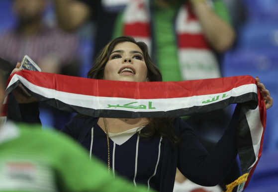 한 여성 축구팬이 지난 1월 16일 아랍에미레이트 두바이에서 열린 이란과 이라크의 AFC 남자축구 경기에서 이란 국기를 들고 응원하고 있다. [AP=연합뉴스]