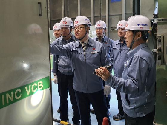 박일준 한국동서발전 사장(앞줄 왼쪽)과 경영진이 일산화력본부 현장 안전 점검을 시행하고 있다.