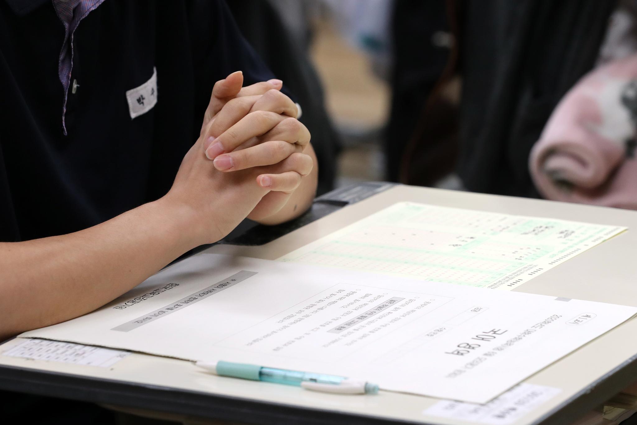 서울의 한 고교생이 2020학년도 대학수학능력시험 모의고사 시작을 기다리고 있다. 최정동 기자