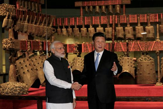 지난해 4월 중국을 찾은 모디 인도 총리는 후베이성 우한에서 시진핑 중국 국가주석을 만나 회담했다. 사진은 시 주석이 후베이성 박물관을 모디 총리에게 소개하는 모습이다. [로이터=연합뉴스]