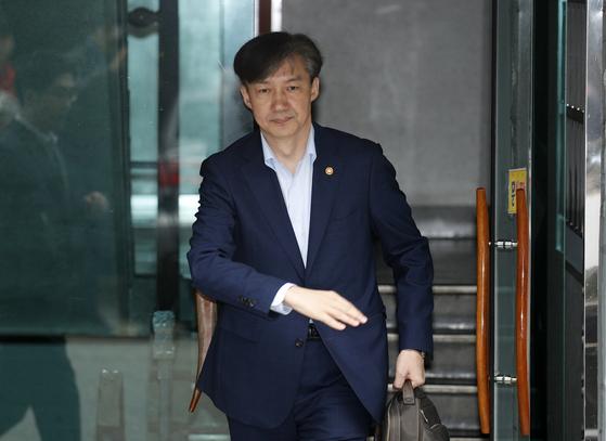 조국 법무부 장관이 10일 오전 서울 서초구 방배동의 자택에서 출근하고 있다. [뉴스1]