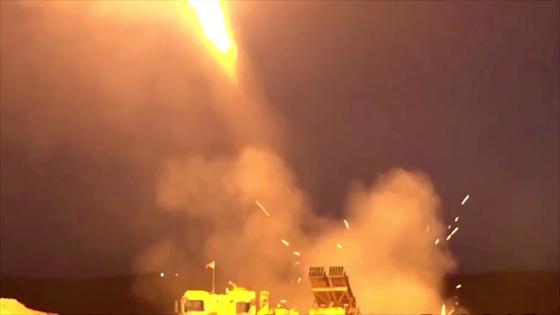 터키 군이 시리아 쿠르드 민병대를 향해 로켓을 발사하는 모습을 터키 국방부가 공개했다. [로이터=연합뉴스]