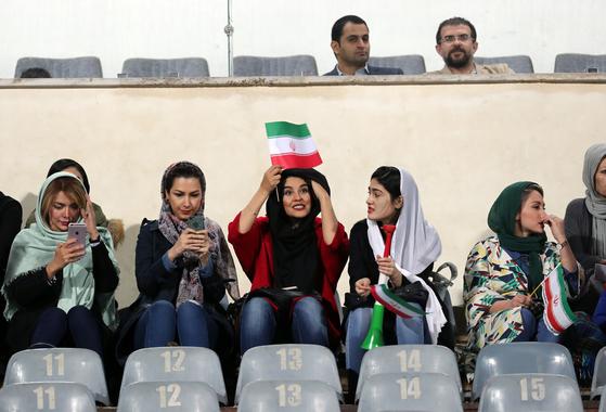 이란 여성축구팬들이 작년 10월16일 아자디경기장에서 열린 이란과 볼리비아의 남자축구 경기를 응원하고 있다. [AP=연합뉴스]