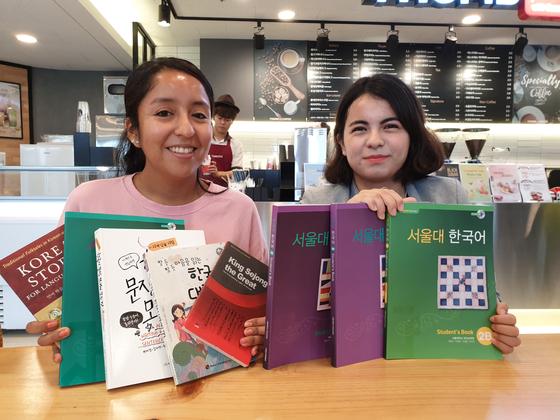지난 2일 한림대 인근에서 만난 로레나(32·볼 리비아·왼쪽)와 실바나(22·콜롬비아)가 한국어 교재를 들고 환하게 웃고 있다. 박진호 기자