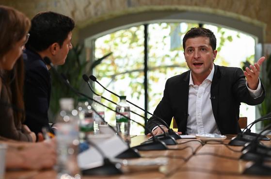 볼로디미르 젤렌스키 우크라이나 대통령(오른쪽)이 10일(현지시간) 키예프의 한 푸드코트에서 기자회견을 하고 있다. [AFP=연합뉴스]