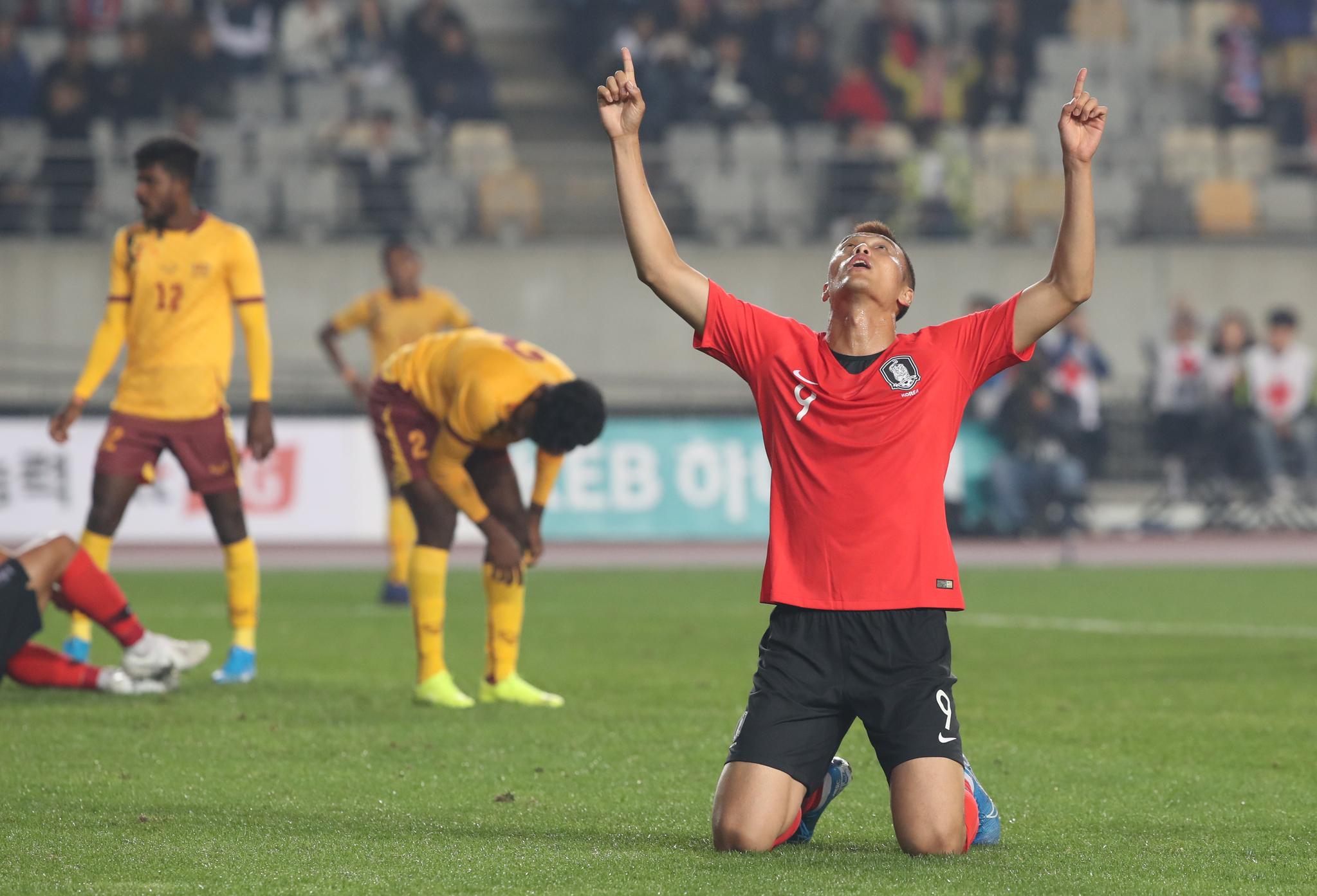 김신욱이 10일 경기 화성종합경기타운 주경기장에서 열린 2022년 카타르 월드컵 아시아지역 2차 예선 H조 2차전 한국 대 스리랑카 경기에서 두 번째 골에 이어 네 번째 골을 헤딩으로 넣은 뒤 기뻐하고 있다. 김신욱은 이날 경기에서 4골을 넣었다. [연합뉴스]
