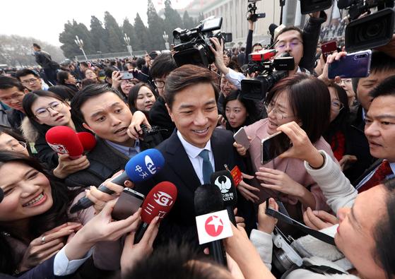 바이두 창업자 리옌훙이 기자들에 둘러싸여 있다. 그의 올해 재산은 지난해보다 무려 500억 위안이 줄어든 650억 위안에 그쳤다. [로이터=연합뉴스]