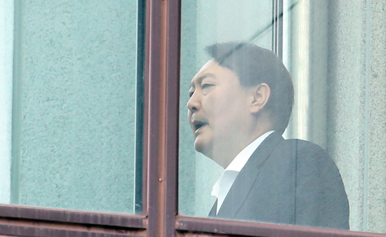 윤석열 검찰총장이 10일 점심식사를 하기 위해 서울 서초동 대검찰청 구내식당으로 가고 있다. [연합뉴스]