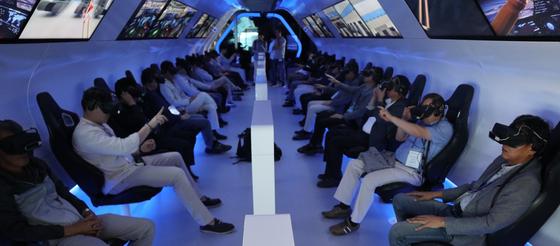 정재송 제이스텍 회장 등 코스닥협회 소속 상장사 오너들이 지난달 25일 이스라엘 텔아비브의 페레스 평화혁신센터를 찾아 가상현실(VR) 기기를 이용해 이스라엘의 주요 기업과 기술을 경험하고 있다.
