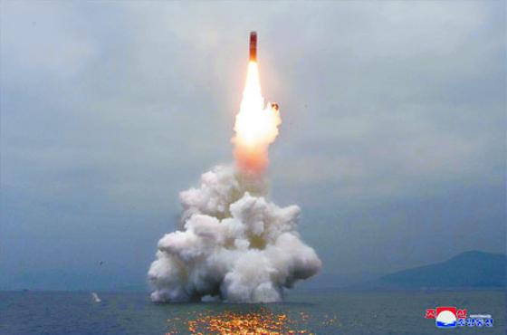 북한이 지난 2일 동해 원산 앞바다에서 잠수함용 탄도미사일(SLBM) 북극성-3을 발사하고 있다. 이 미사일은 고도 910㎞로 450㎞를 비행했지만, 최대 8000㎞까지 확장할 수 있다. [연합뉴스]