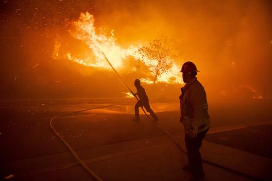 미국 ANF Texas Canyon Station 소방관들이 10 일 미국 캘리포니아 주 실마에서 화재 진압을 하고 있다. [.EPA=연합뉴스]