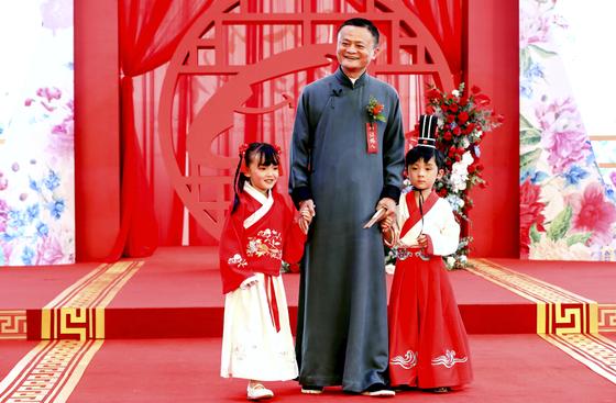 마윈이 지난 5월 10일 102쌍의 알리바바 직원 결혼을 주례하기 위해 나섰다. 마윈은 올해 46조원의 재산으로 중국 부호 1위를 차지했다. [AP=연합뉴스]