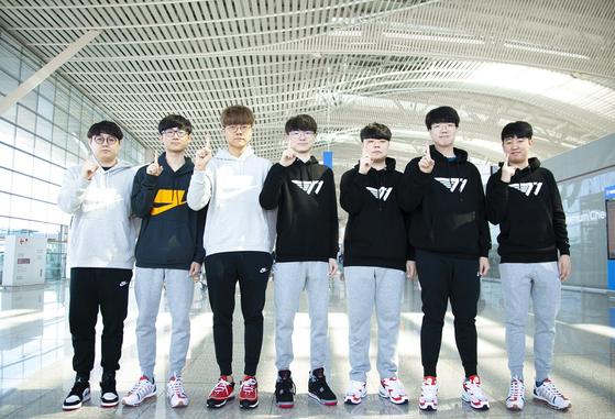 T1 '리그 오브 레전드' 팀 소속 프로 선수들이 '월드챔피언십' 참가를 앞둔 8일 인천공항에서 포즈를 취하고 있다. [사진 SK텔레콤]