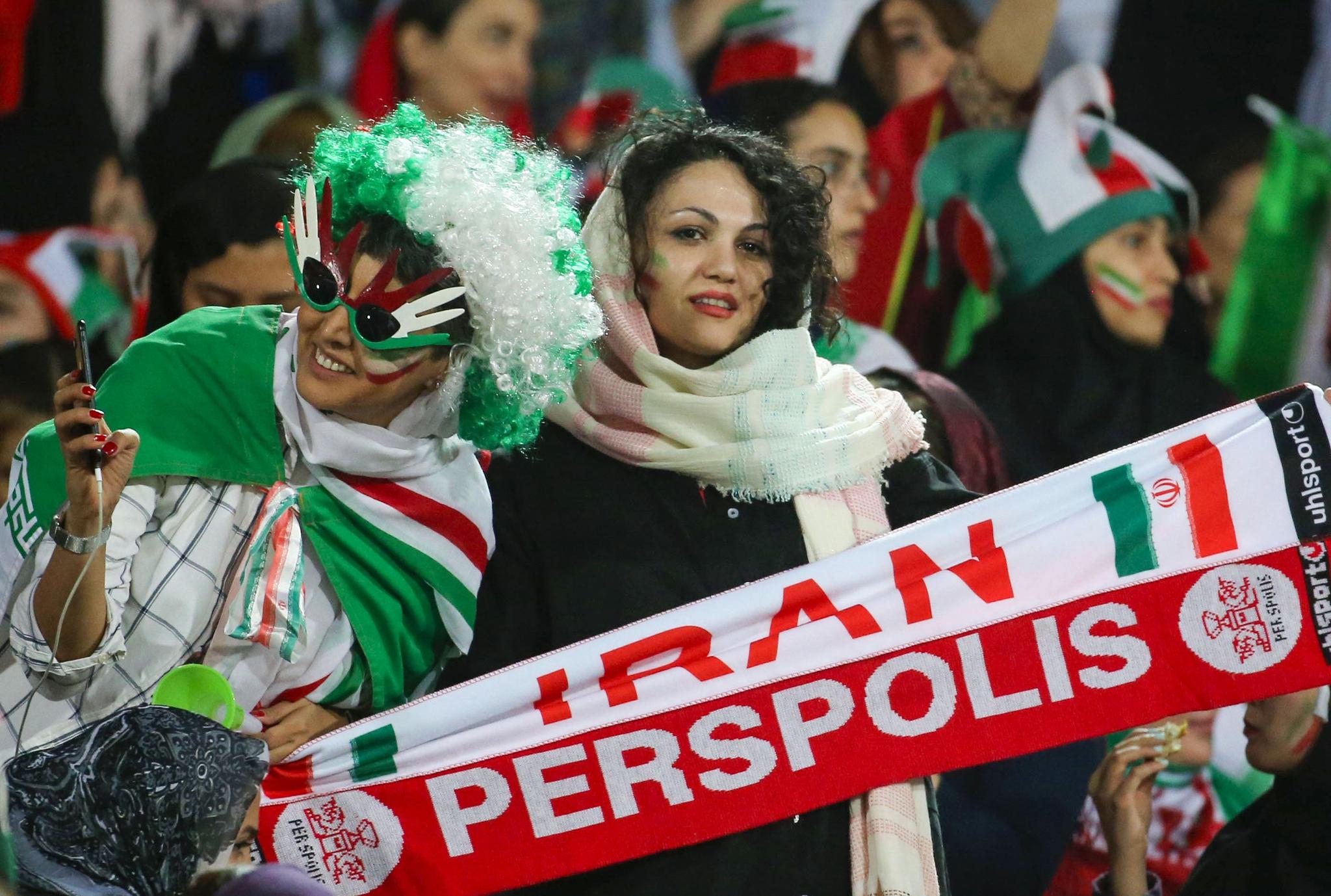 이란 여성들이 38년 만에 축구장에 입장했다. 11일 이란 테헤란의 아자디스타디움에서 열린 월드컵 2차예선을 찾은 여성관중들이 열띤 응원을 펼치고 있다. [AFP=연합뉴스]