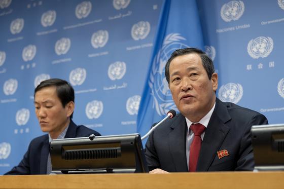 """김성 유엔주재 북한 대사(오른쪽)이 5월 21일(현지시간) 미국 뉴욕의 유엔본부 브리핑룸에서 연 기자회견에서 미국 정부의 북한 화물선 와이즈 어니스트(Wise Honest)호의 압류는 """"국제법 위반""""이라며 즉각 반환을 요구했다. [AP=연합뉴스]"""