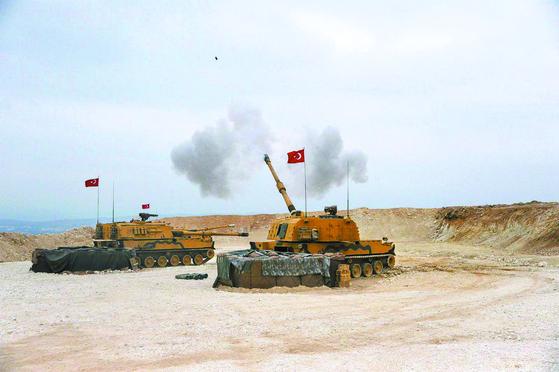터키군이 쿠르드족이 장악한 시리아 북동부를 향해 군사작전을 개시했다. 9일(현지시간) 터키군 전차가 쿠르드 지역을 향해 포탄을 발사하고 있다. [신화=연합뉴스]