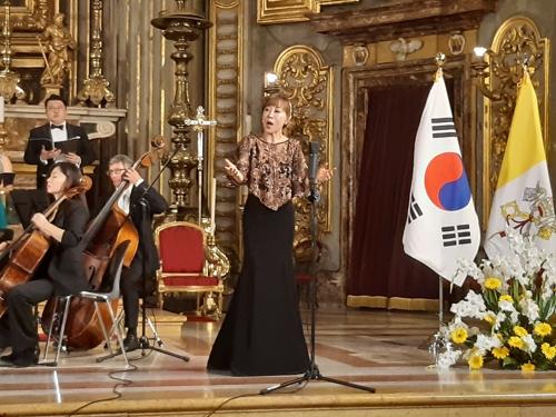 9일(현지시간) 이탈리아 로마 성이냐시오 성당에서 열린 '한반도 평화를 위한 가톨릭 음악회'에서 소프라노 조수미가 열창하고 있다. [연합뉴스]