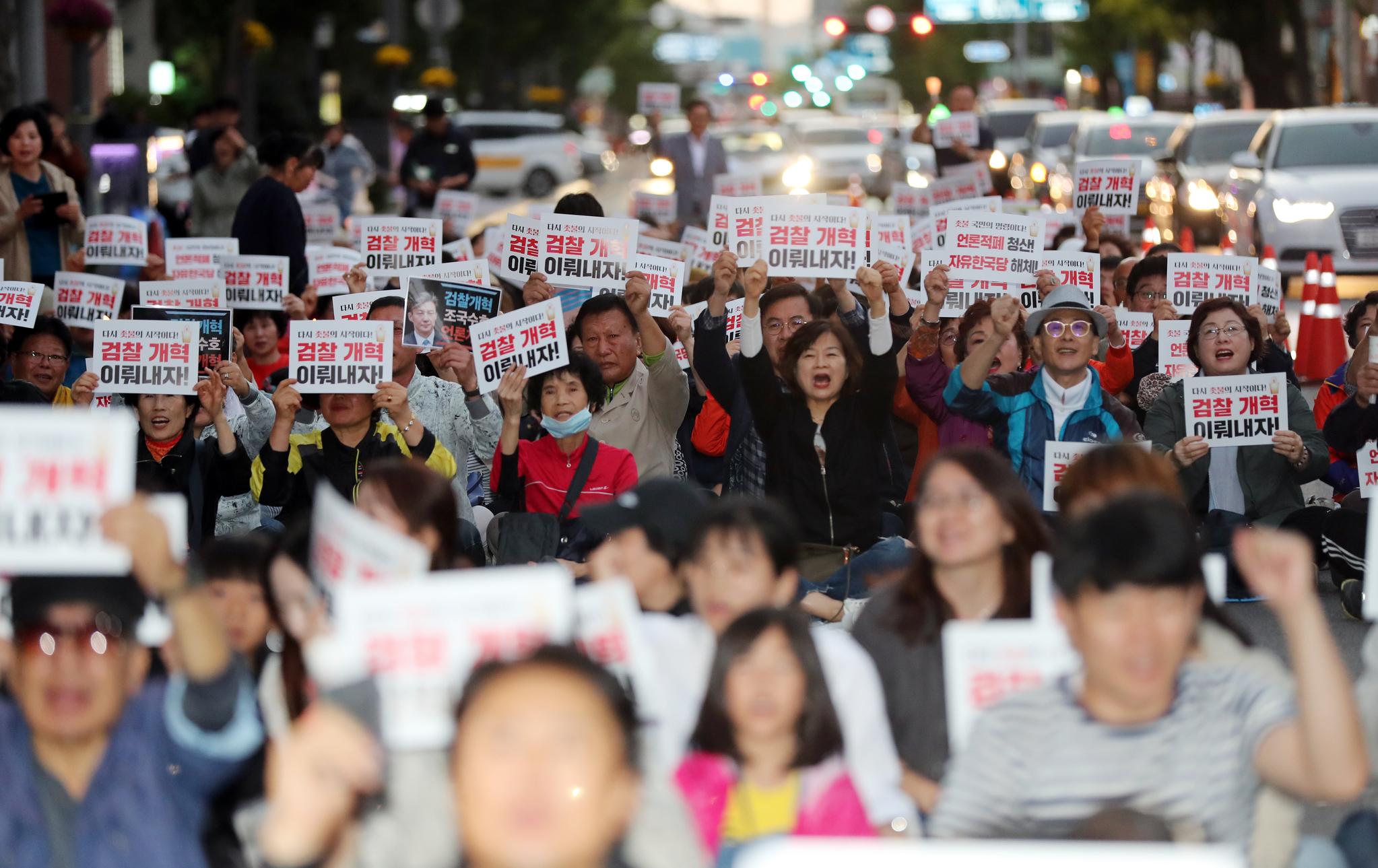 12일 오후 광주 동구 금남로 거리에서 검찰 개혁과 적폐 청산을 촉구하는 촛불집회가 열려 시민들이 구호를 외치고 있다. [연합뉴스]