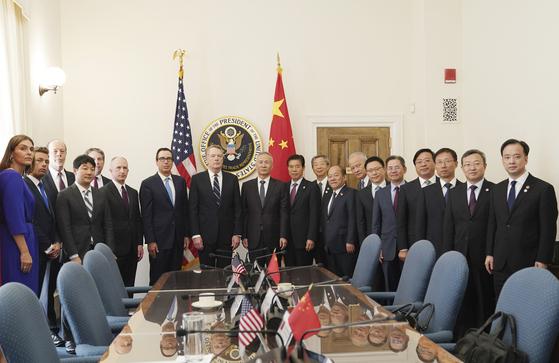 미국 워싱턴에서 10~11일 미국과 중국 간 고위급 무역협상이 열렸다. 미국 협상단 대표로 스티븐 므누신 재무장관과 로버트 라이트하이저 미 무역대표부(USTR) 대표, 중국 협상단 대표로 류허 부총리가 참석했다. [신화=연합뉴스]