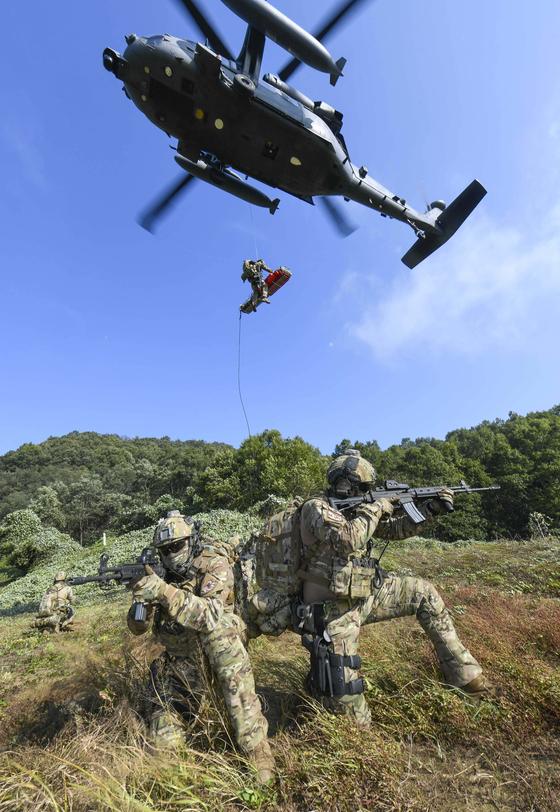 10일부터 11일까지 충북 괴산군 일대에서 진행된 '항공구조사, 전시탐색구조 전술종합훈련'에서 항공구조사가 구조용 줄(Hoist)을 활용해 조난 조종사를 구조헬기로 인양하고 있다. [공군]