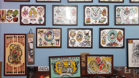 지난달 20일 오전 김씨가 운영하는 타투숍(shop)에는 타투작업에 활용하는 도안으로 보이는 그림이 벽에 전시되어 있다. 김태호 기자