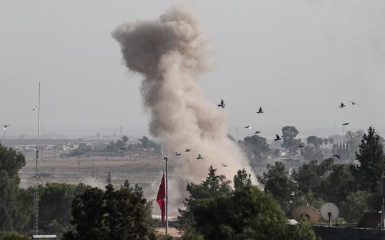 지난 10일 터키 군이 시리아 쿠르드족이 사는 국경 마을을 포격하자 하얀 연기가 피어오르고 있다. 미군이 철수하자 터키는 사흘 만에 시리아 쿠르드족 지역에 공격을 시작해 희생자가 속출하고 있다. [EPA=연합뉴스]
