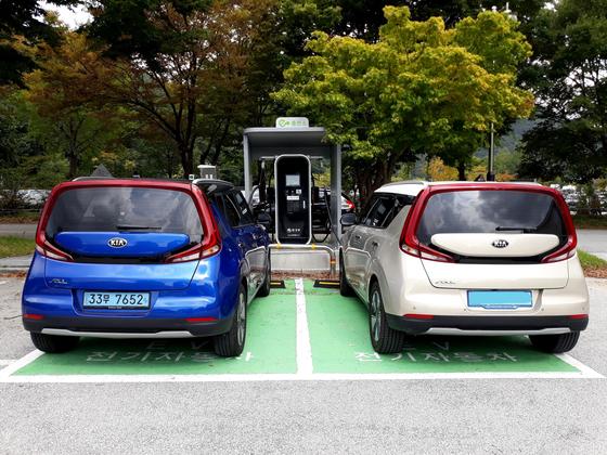 지난 6일 전북 고창 선운산도립공원에서 기자가 운전한 시승차(왼쪽)와 김운용씨의 쏘울 부스터 EV가 1대의 충전기에서 동시에 충전하고 있다. 김영주 기자.
