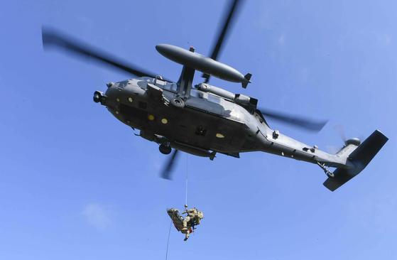 10일부터 11일까지 충북 괴산군 일대에서 진행된 '항공구조사, 전시탐색구조 전술종합훈련'에서 항공구조사가 구조용 줄(Hoist)을 활용해 조난 조종사를 구조헬기로 인양하고 있다.[공군 ]