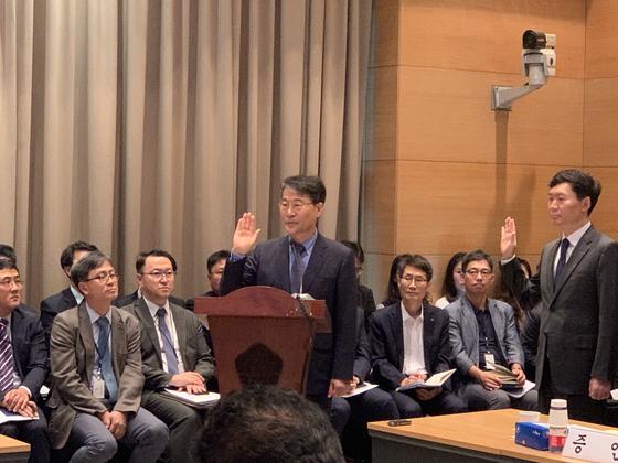 11일 베이징 주중대사관에서 열린 국정감사에 앞서 장하성 주중대사가 증인 선서를 하고 있다. 신경진 기자