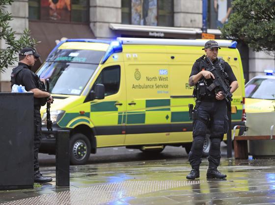 11일 오전 영국 맨체스터의 대표적 쇼핑몰 안데일센터에서 40대로 추정되는 남성이 무차별 흉기테러를 벌여 5명이 다쳤다. [AP=연합뉴스]