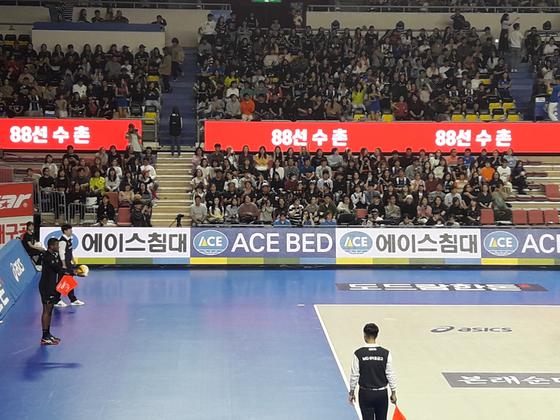 새롭게 설치된 띠전광판과 경기장을 가득 메운 팬들. [천안=김효경 기자]