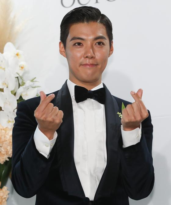 가수 강남이 12일 결혼식에 앞서 포즈를 취하고 있다. [뉴스1]