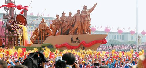 중국의 공식 국호에 '가운데 중(中)'자가 들어간 것은 1911년 중화민국이 처음이다. 중화인민공화국 건국 70주년 기념 퍼레이드가 지난 1일 베이징 천안문 광장에서 진행되고 있다. [베이징=연합뉴스]