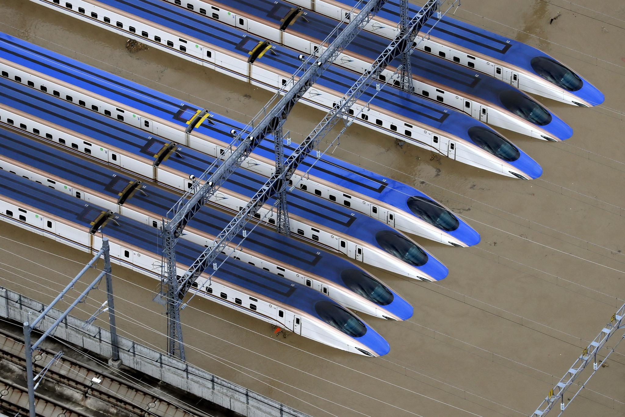 일본 중부 나가노현의 신칸센 열차가 태풍 하기비스가 몰고 온 폭우로 흙탕물에 잠겨 있다. [AP=연합뉴스]