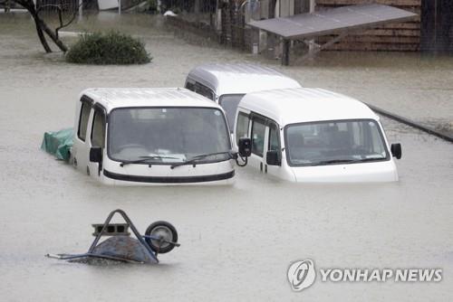 12일 태풍 '하기비스'로 일본 중부에 폭우가 내리면서 물에 잠긴 차량들.[AP=연합뉴스]