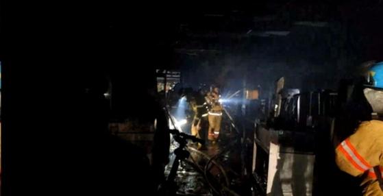 13일 오전 1시 48분 서울 서초 방배동 남부종합시장에서 화재가 발생해 경비원 1명이 숨지고 상인 2명이 다쳤다. 불은 1시간 30분만에 진화됐다. [사진 서초소방서 제공]