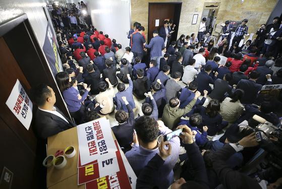 지난 4월 29일 자유한국당 의원들이 서울 여의도 국회 행정안전위원회를 점거하며 구호를 외치고 있다. 김경록 기자