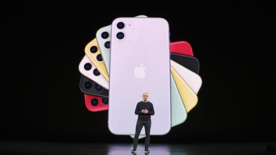 팀 쿡 애플 CEO가 6가지 색상의 아이폰11을 소개하고 있다. [유튜브 캡처]