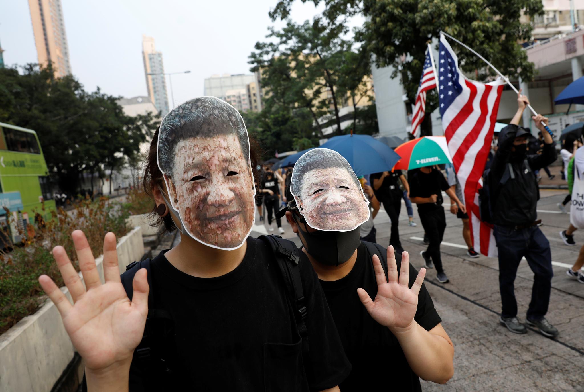시진핑 중국 국가주석의 마스크를 쓴 시위대가 12일(현지시간) 홍콩 거리를 행진하고 있다. [로이터=연합뉴스]