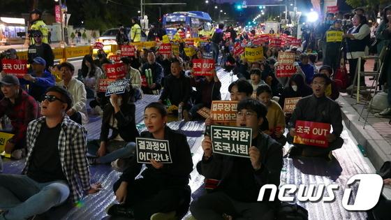 '전국대학생연합조국규탄촛불행동위원회'(전대연)는 12일 오후 서울 종로구 대학로 마로니에 공원 앞 도로에서 '조국 사퇴를 위한 전국 대학생연합 촛불집회'를 열면서 구호를 외치고 있다. [뉴스1[