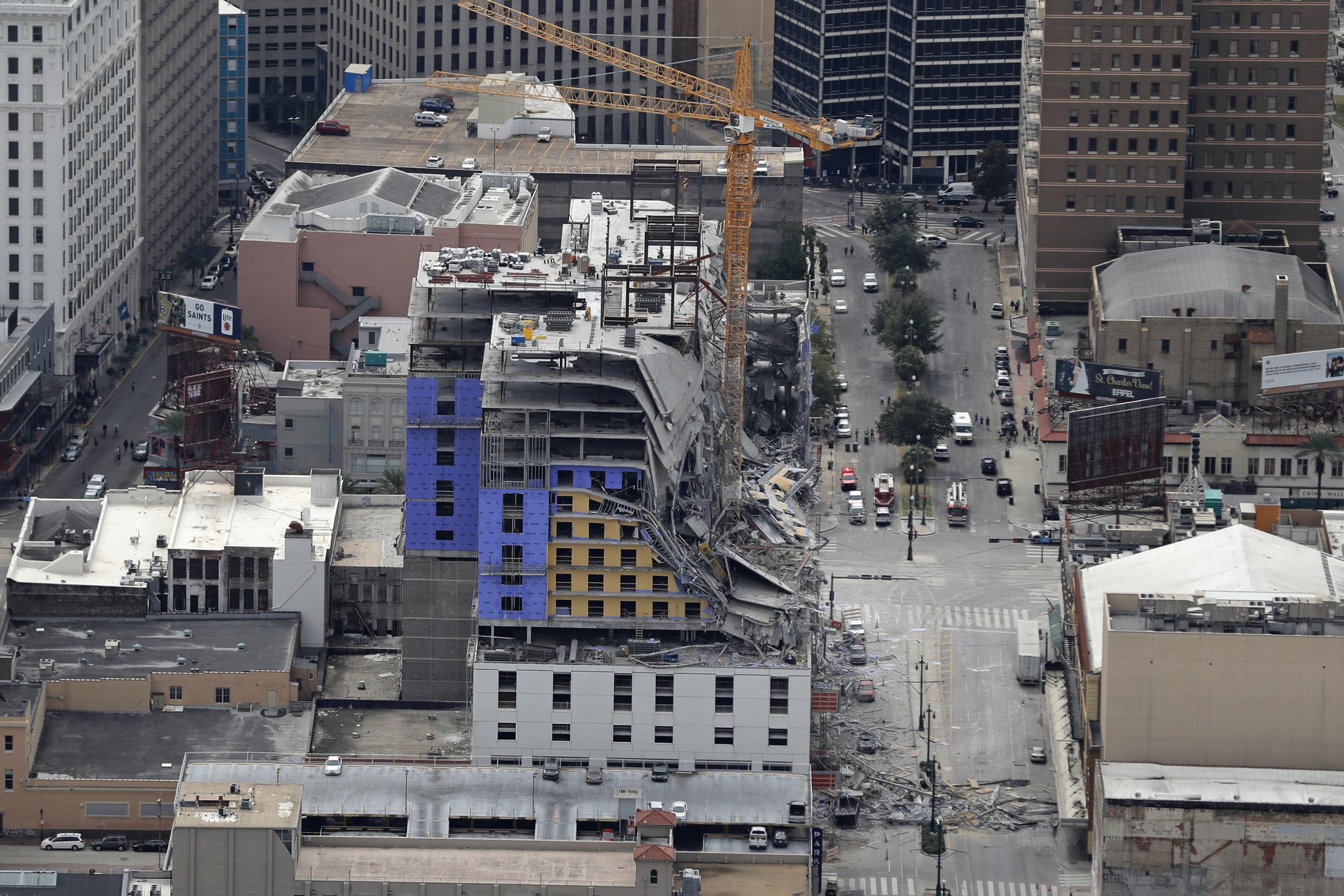 12일(현지시간) 미국 남부 뉴올리언스에 있는 호텔 신축공사 현장이 붕괴되는 사고가 발생했다. [AP=연합뉴스]