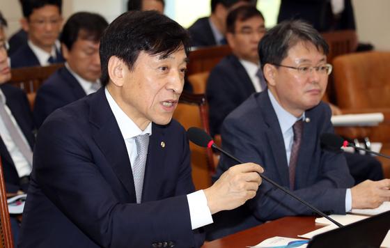 이주열 한국은행 총재가 8일 국회에서 열린 기획재정위원회의 한국은행 국정감사에 출석해 의원 질의에 답변하고 있다. 변선구 기자