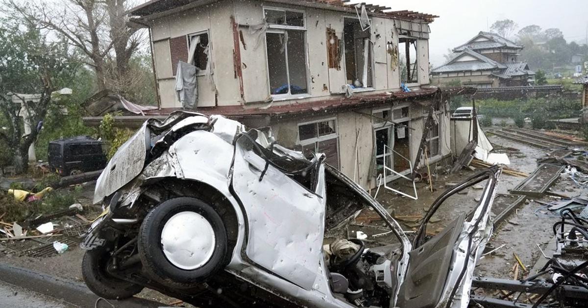 12일 제19호 태풍 하비기스가 관통한 일본 시즈오카(靜岡)현 이치하라(市原)시. 돌풍으로 차량이 넘어지고, 주택이 파손됐다. [연합뉴스]
